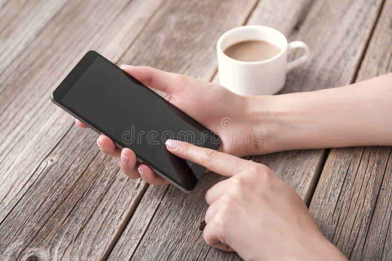 Hand die telefoon met het lege scherm met behulp van royalty-vrije stock foto