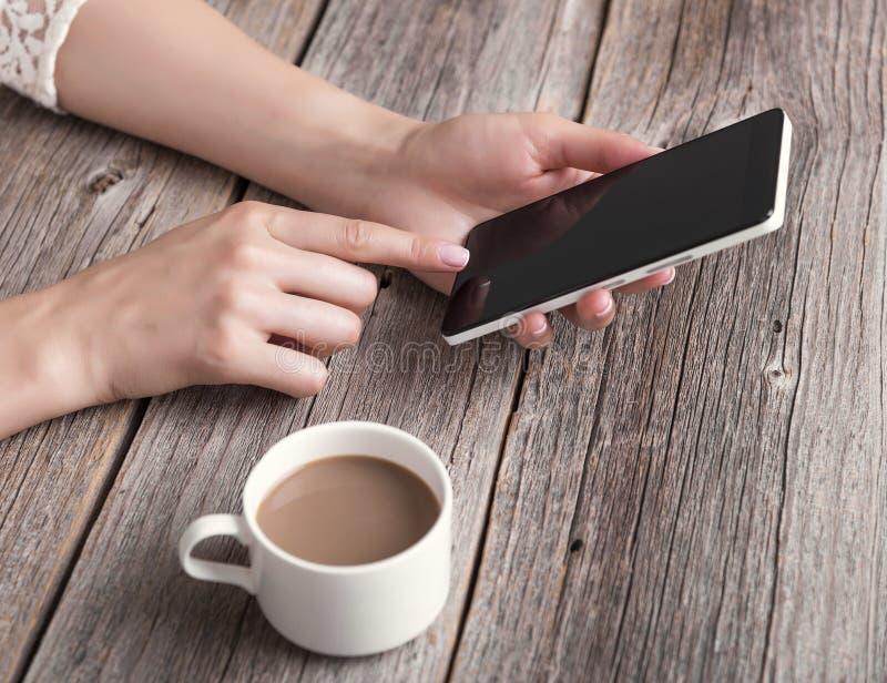 Hand die telefoon met het lege scherm met behulp van stock foto's