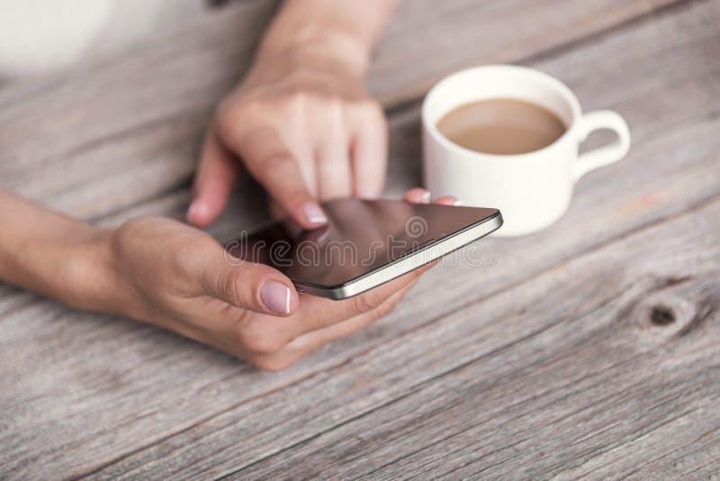Hand die telefoon met het lege scherm met behulp van stock afbeeldingen