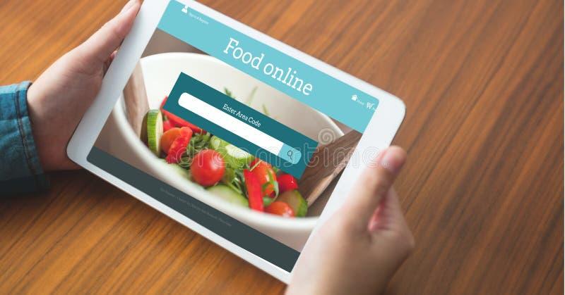 Hand die tot voedsel op digitale tablet met het onderzoeksscherm opdracht geven op het royalty-vrije stock fotografie