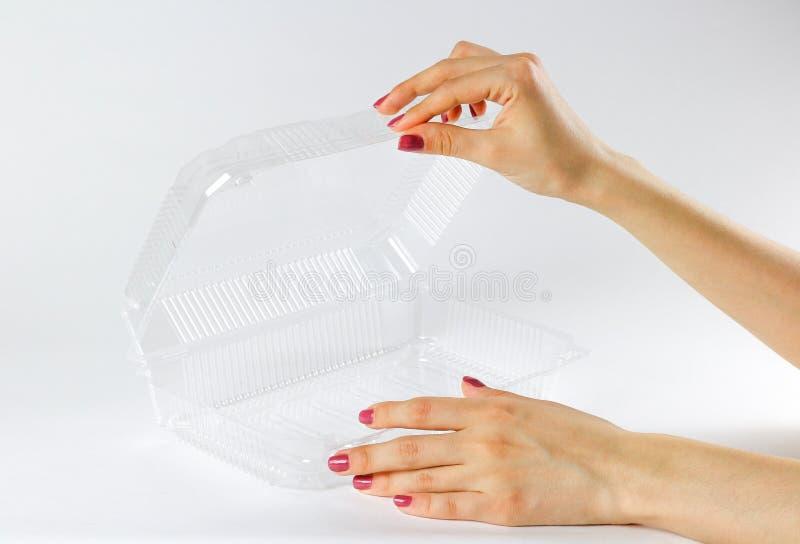 Hand die transparante plastic container houden Sluit omhoog Geïsoleerd4 o royalty-vrije stock afbeelding