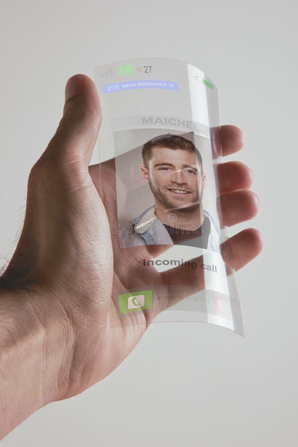 Hand die transparante toekomstige mobiele die telefoon houden van graphene wordt gemaakt. Concept. royalty-vrije stock fotografie