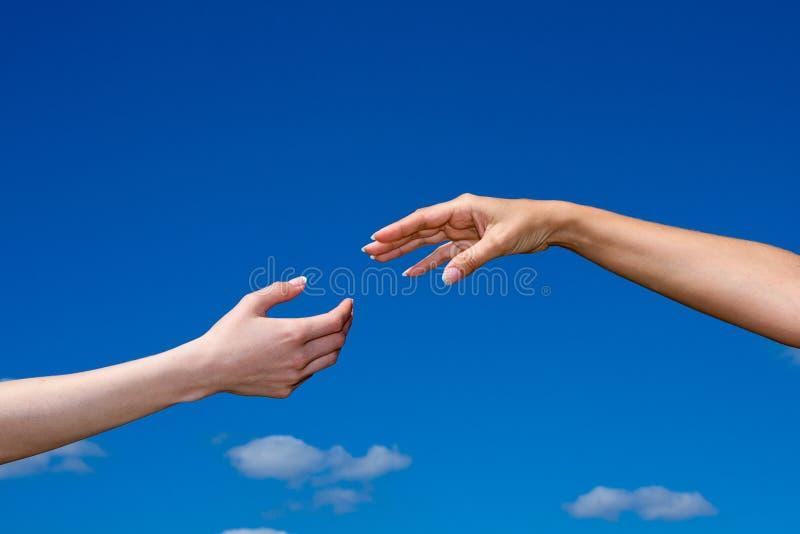 Hand die uit van de hemel bereikt stock afbeeldingen
