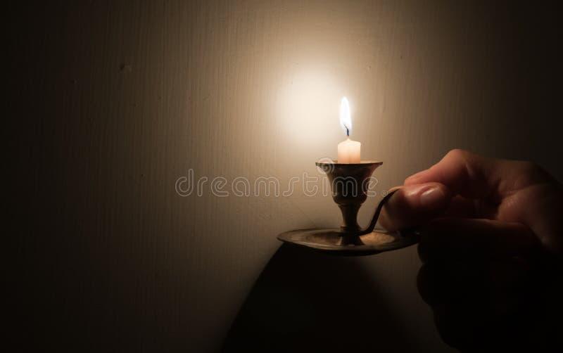 Hand die uitstekende lamp houdt stock foto