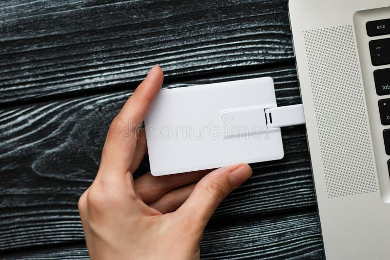 Hand die USB-flitsaandrijving opnemen in computerlaptop royalty-vrije stock foto