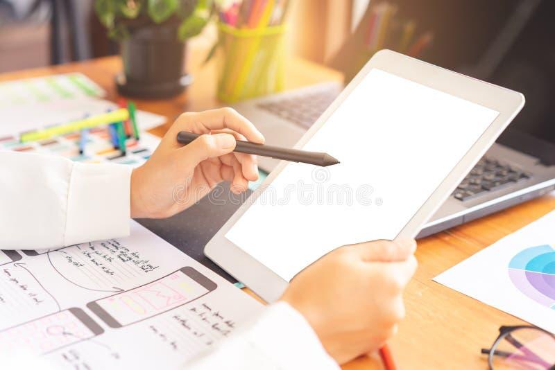 Hand die van de kunstenaars de creatieve ontwerper het ontwerp van de de schetslay-out van de pentablet gebruiken royalty-vrije stock afbeeldingen