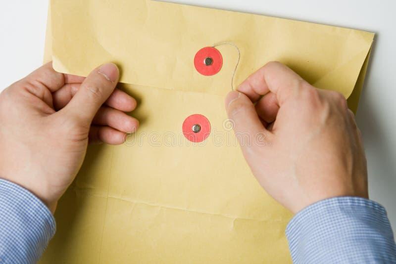 Hand die vertrouwelijke envelop opent royalty-vrije stock afbeeldingen