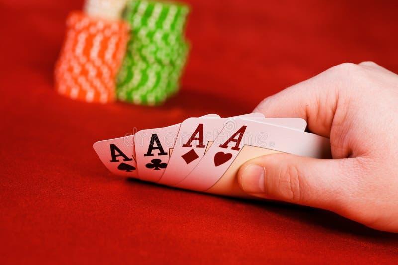 Hand, die vier Karten hält lizenzfreie stockbilder