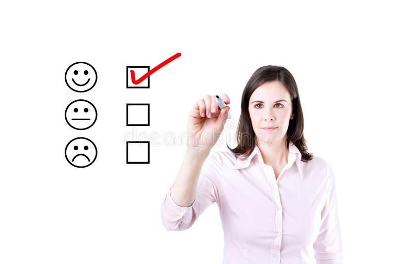 Hand die vinkje met rode teller op de evaluatievorm van de klantendienst zetten stock afbeeldingen