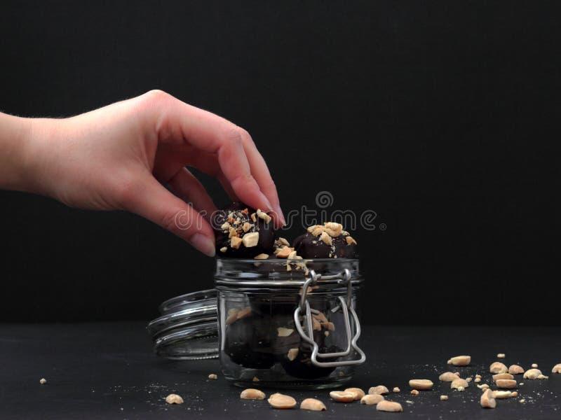Hand die voor chocolade bereiken Concept het snacking royalty-vrije stock fotografie