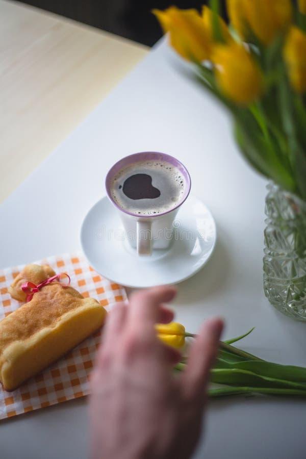 Hand die voor een koffie bereiken royalty-vrije stock fotografie