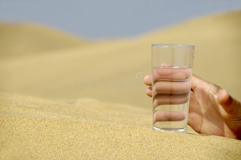 Hand die voor water bereikt stock fotografie
