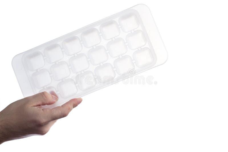 Hand die wit plastic die ijsblokjedienblad houden op witte achtergrond wordt geïsoleerd royalty-vrije stock fotografie