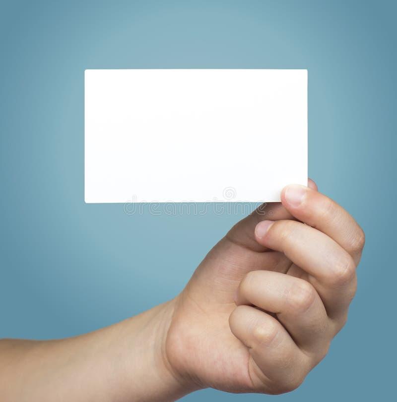 Hand die witte lege bedrijfsbezoekkaart, gift, kaartje, pas houden stock afbeelding