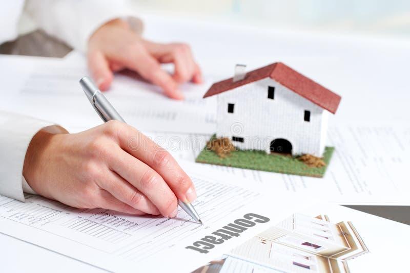 Hand, die Wohnungsvertrag wiederholt. lizenzfreie stockfotos