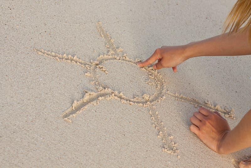 Hand die in zand in de zomervakantie schrijven op strand royalty-vrije stock fotografie