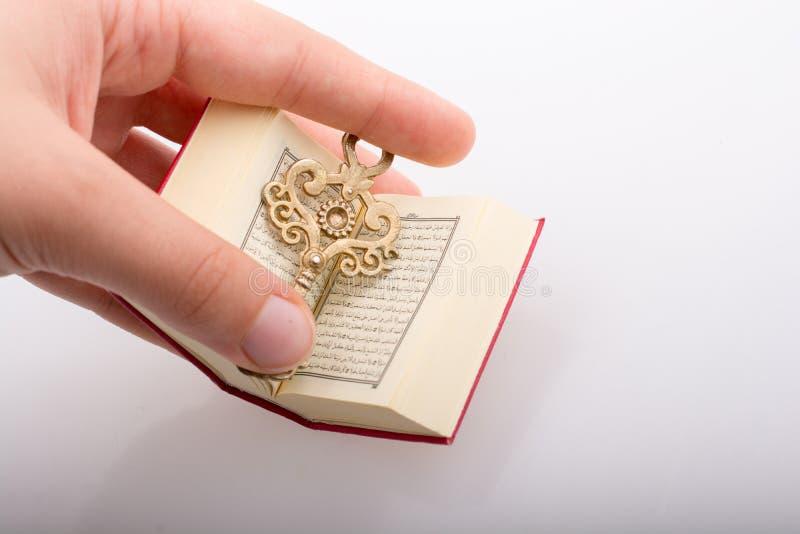 Hand die Zeer belangrijk en Islamitisch Heilig Boek Quran houden royalty-vrije stock foto's