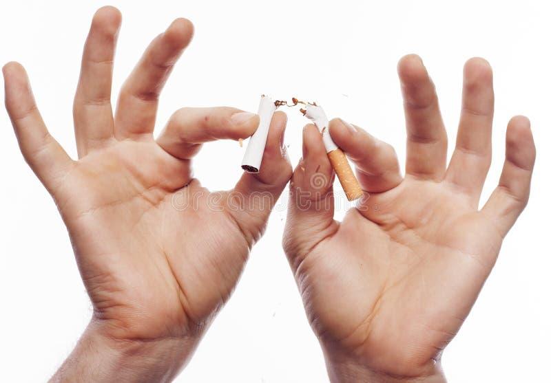 Hand, die Zigarette zerquetscht lizenzfreie stockbilder