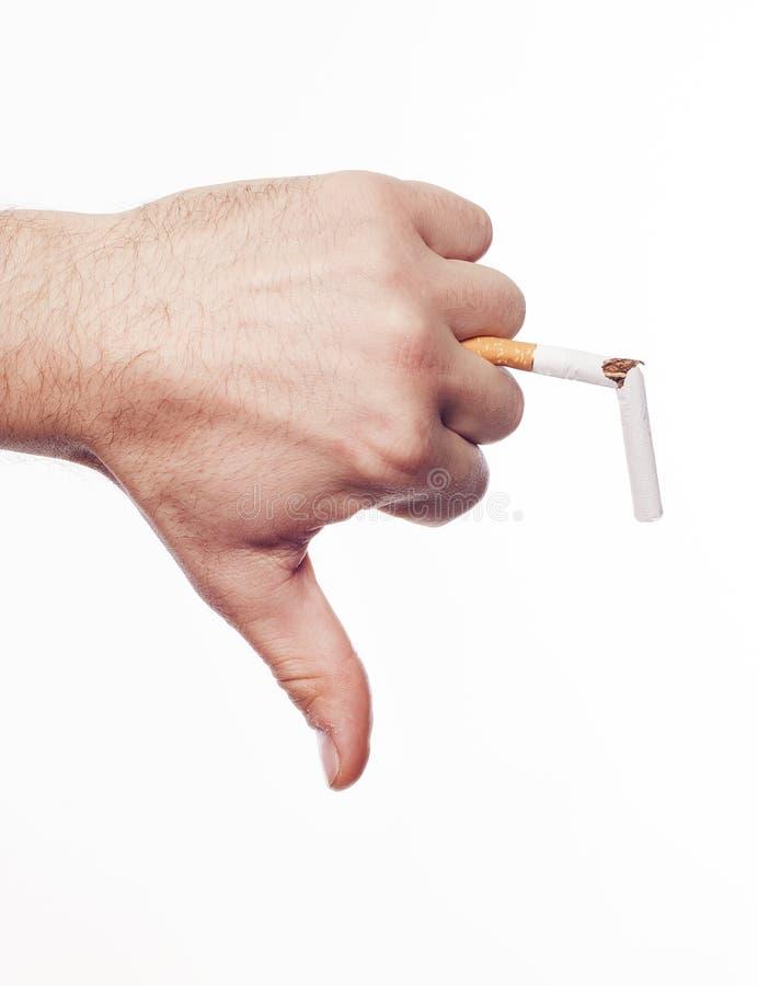 Hand, die Zigarette zerquetscht stockfotografie