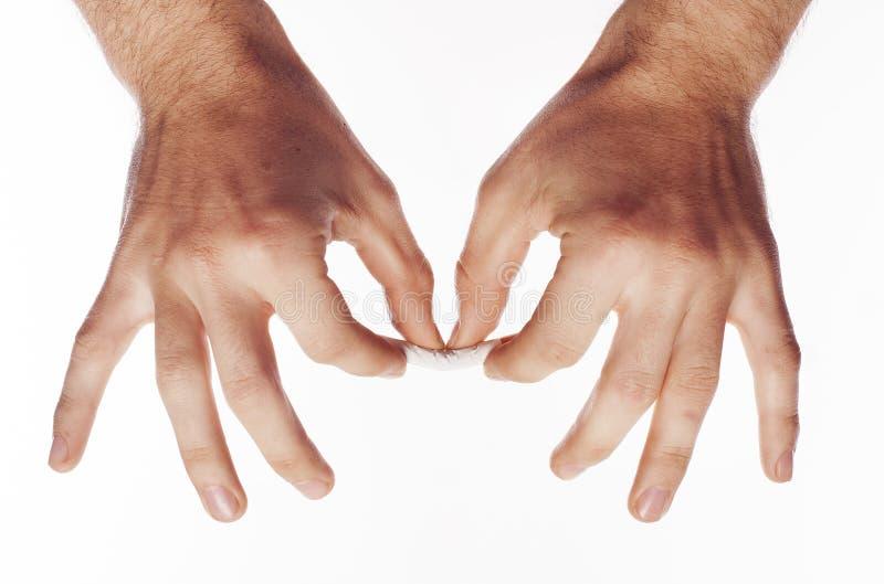 Hand, die Zigarette zerquetscht stockfoto