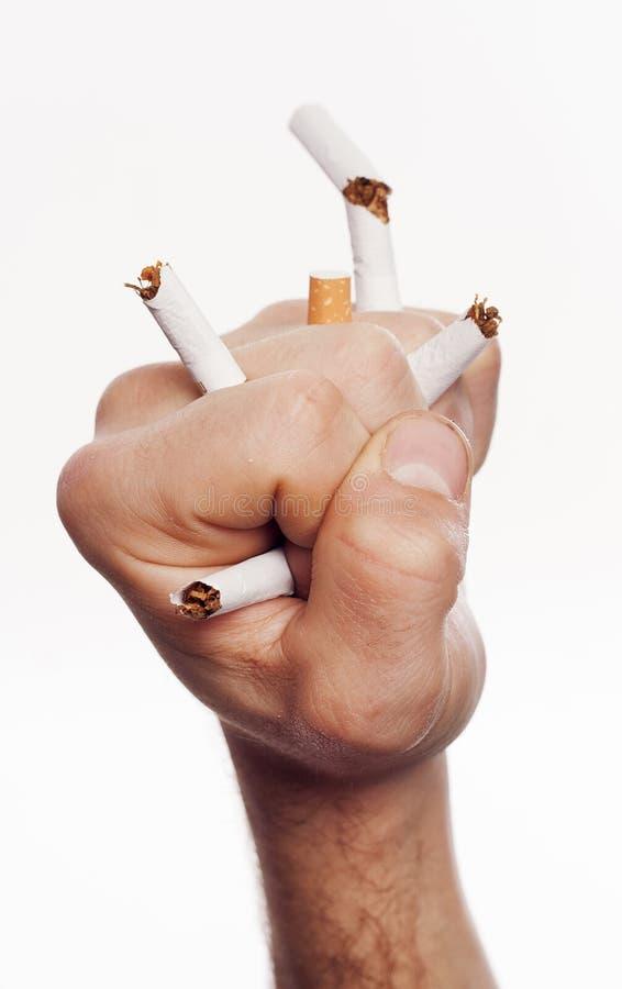 Hand, die Zigaretten zerquetscht lizenzfreies stockfoto