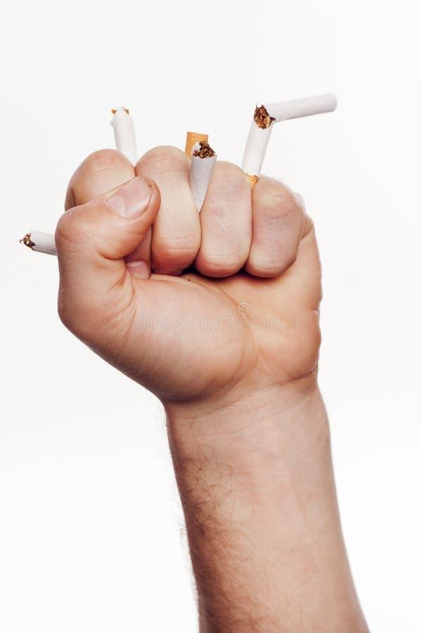 Hand, die Zigaretten zerquetscht stockfoto