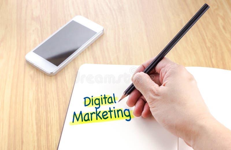 Hand die zwart potlood houden en op Digitaal marketing woord schrijven stock afbeelding