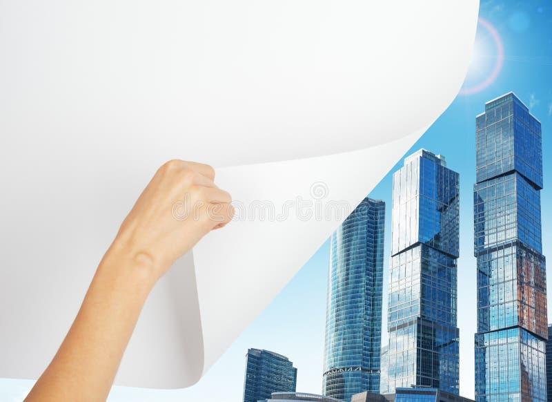 Hand draaiende pagina aan stad stock foto