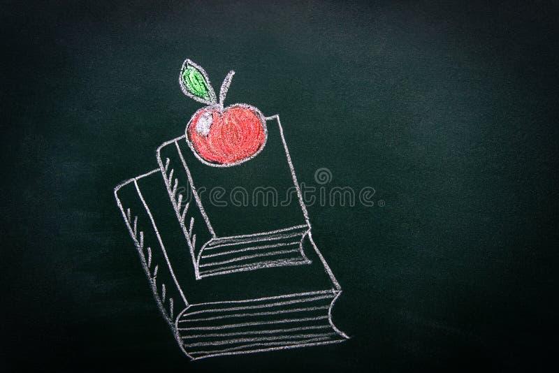Hand dragen klotterillustration med krita på svart tavla av bunthögen av böcker röda glansiga Apple överst Dra tillbaka till skol royaltyfri fotografi
