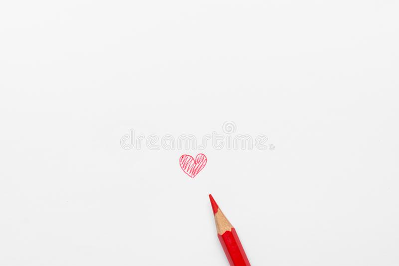 Hand dragen röd hjärta för klotter på vitbok med blyertspennan Fotografi för blandat massmedia Valentinmoderdag arkivbilder