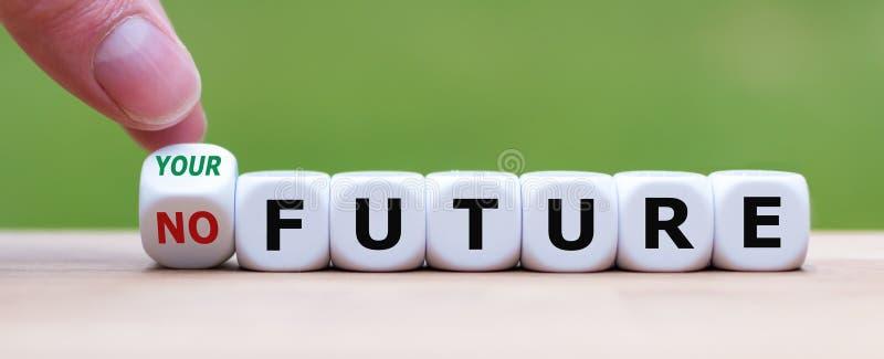 Hand dreht einen Würfel und ändert den Ausdruck 'nicht zukünftig 'zu 'Ihrer Zukunft ' lizenzfreies stockfoto