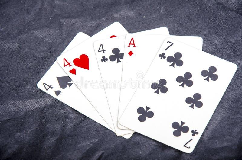 Hand drie van de vijf speelkaart` s nagel van een soort vier en aas een pret zeven stock afbeelding