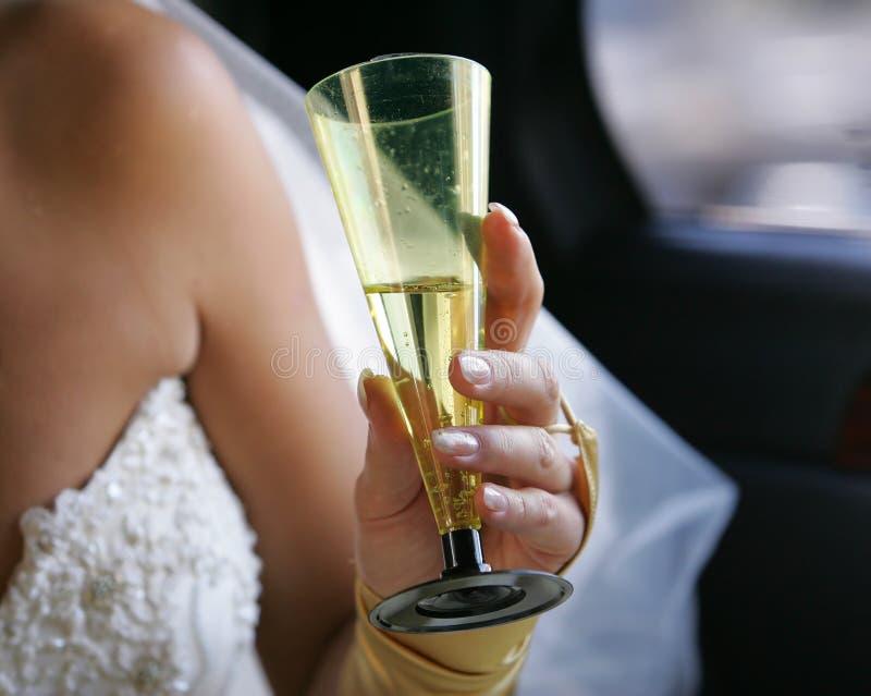 Hand einer Braut mit einem Glas lizenzfreie stockbilder