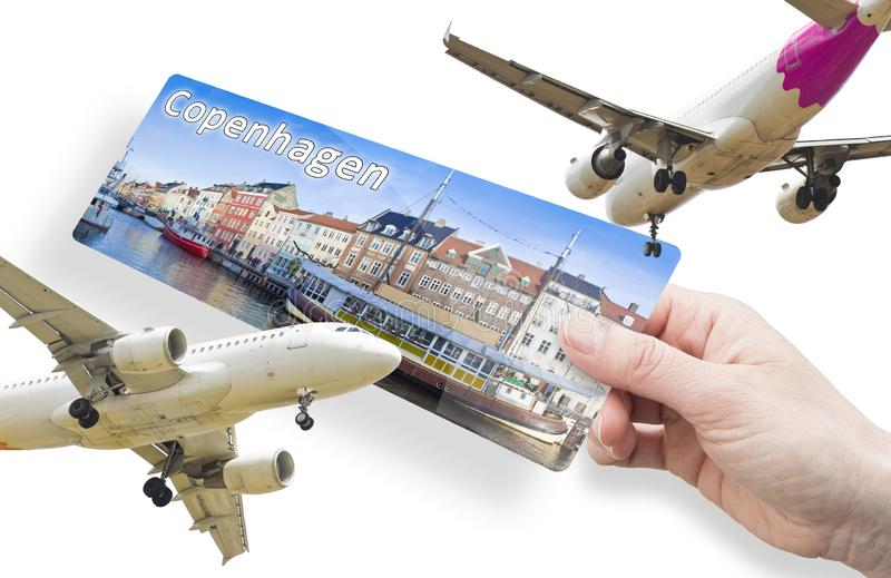 Hand einer Frau mit einem Flugticket nach Kopenhagen mit Panoramablick auf die Stadt Nyhavn; Dänisch bedeutet dies neuen Hafen lizenzfreie stockfotografie