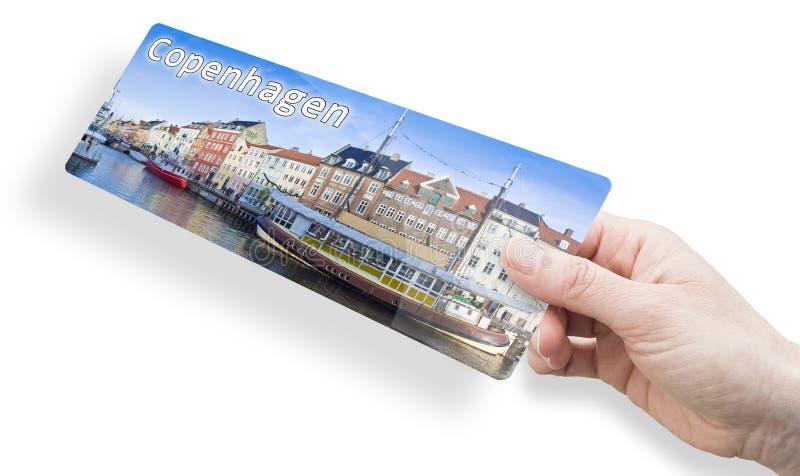 Hand einer Frau mit einem Flugticket nach Kopenhagen mit Panoramablick auf die Stadt Nyhavn; Dänisch bedeutet dies neuen Hafen stockbild
