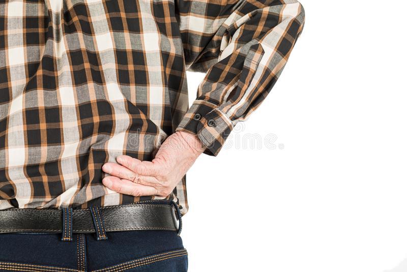 Hand eines älteren Mannes mit Rückenschmerzen, lokalisiert auf Weiß stockbild