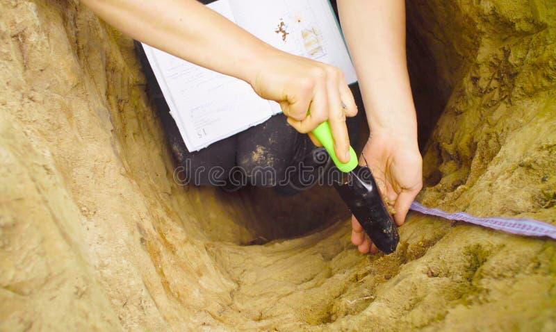 Hand eines Frauenökologeschreibens im Notizbuch lizenzfreies stockfoto