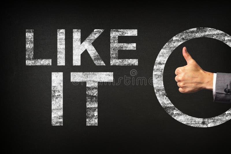 Hand eines Geschäftsmannes, der Daumen oben für die Phrase zeigt, MÖGEN es geschrieben auf eine Tafel lizenzfreie stockfotografie
