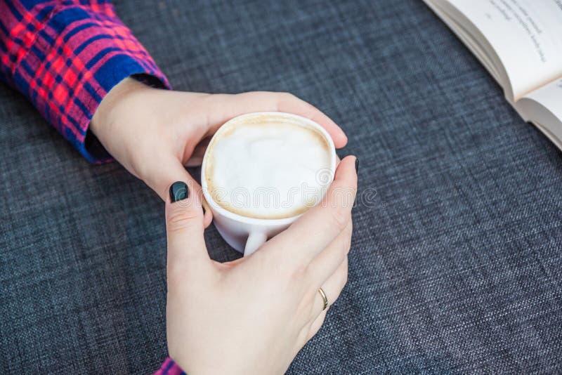 Hand en koffie royalty-vrije stock foto's
