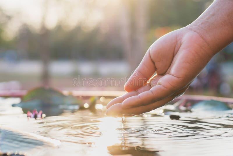 Hand en water royalty-vrije stock fotografie