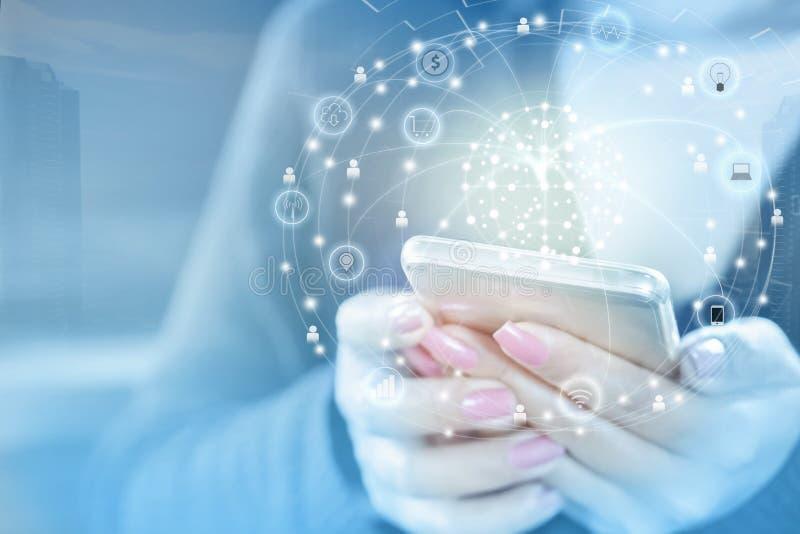 Hand för affärskvinna som förbinder med den smarta telefonen genom att använda internet royaltyfri foto