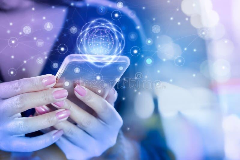 Hand för affärskvinna som förbinder med den smarta telefonen genom att använda internet för socialt massmedia royaltyfria bilder