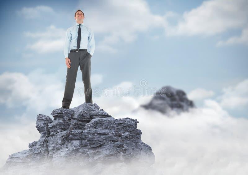 Hand för affärsman i fack på bergmaximum i moln arkivfoto