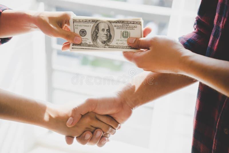 Hand för affärsman som räcker pengar över handla för affär arkivfoton