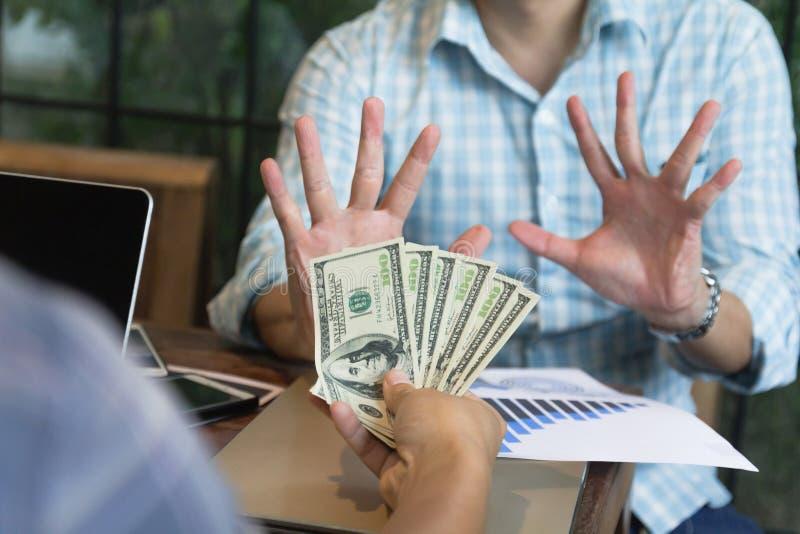 Hand för affärsman som säger inget tecken till pengardollaranmärkningen till bestickning royaltyfri foto