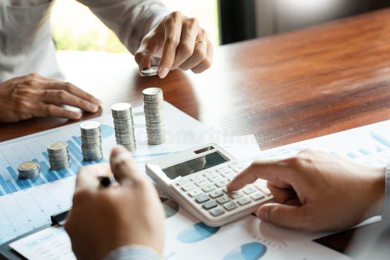 Hand för affärsman som sätter myntbunten för affär för investering för budgetbesparingpengar och för finansiell redovisande ledni royaltyfri fotografi