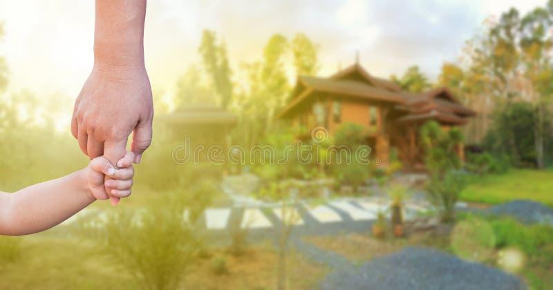 Hand för barn` s och vuxen hand som tillsammans rymmer royaltyfri foto