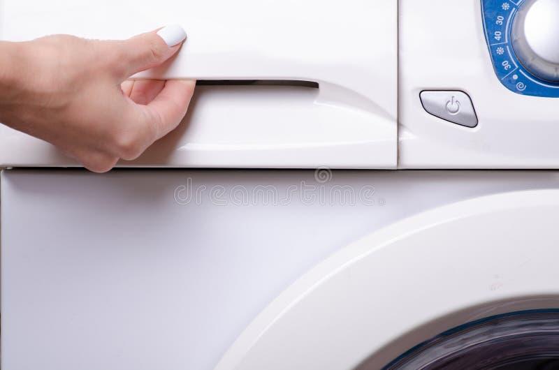 Hand för behållare för pulver för tvagningmaskin kvinnlig royaltyfria foton