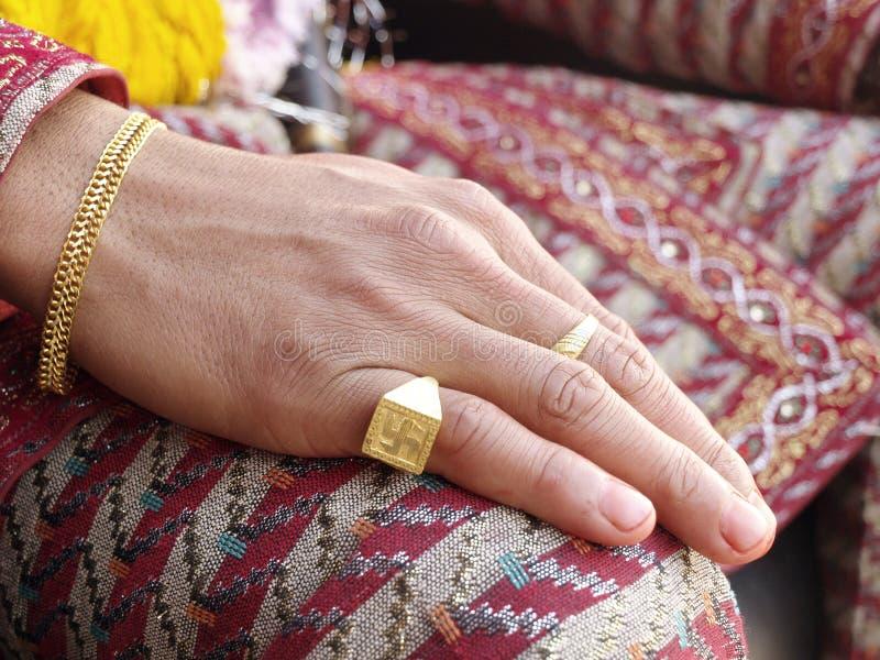 Hand för brudgum` s arkivfoto