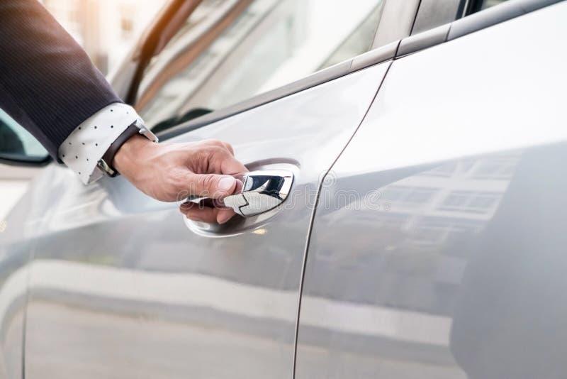 Hand för chaufför s på handtaget Närbild av mannen i openi för formella kläder fotografering för bildbyråer